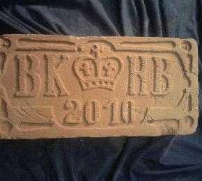 BK és HB faragott monogramja évfordulóra