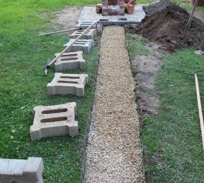Kerti csap bontott téglából- készül a kerti út