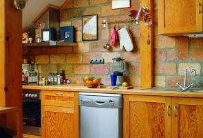 Bontott tégla falburkolat konyhában