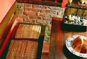 Bontott tégla pad az étkezőben