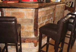 Bontott tégla bárpult