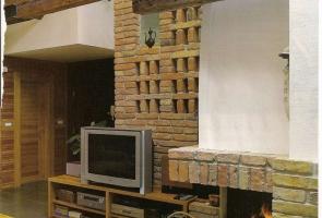 Bontott tégla kandalló és belső fal