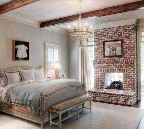 Romantikus hálószoba tégla kandallóval