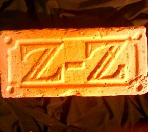 ZZ monogramos tégla