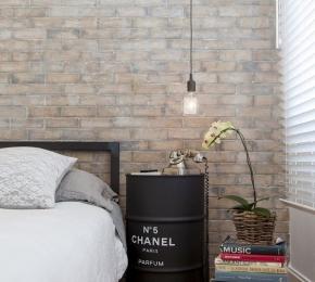 Fehér lazúros bontott tégla fal hálószobában