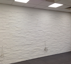 Fehérre festett tégla fal_1