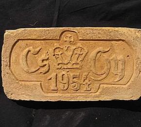 CS GY koronás évszámos egyedi faragott tégla