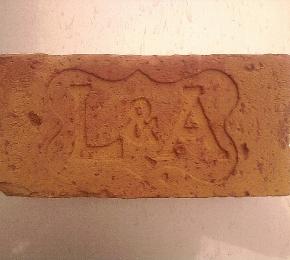 LA monogram téglában