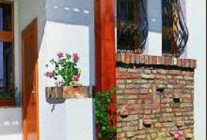 Bontott tégla  a külső falakon