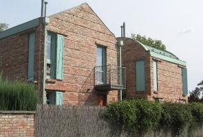Modern épület bontott téglával