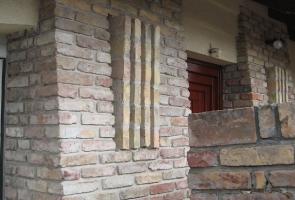 Bontott téglából organikus épületBontott téglából organikus épület
