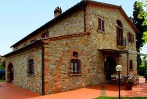Mediterrán nyers tégla épület