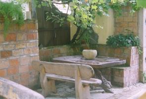 Bontott tégla beépítése a kertben