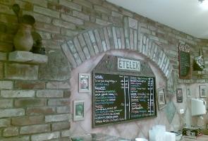 Bontott tégla fal a konyhában