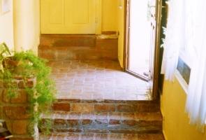 Bontott tégla padlóburkolat