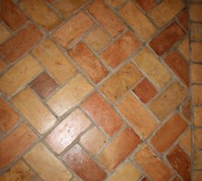 Bontott téglából készült padló