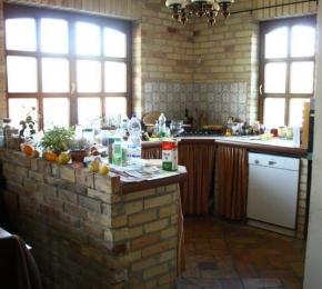Elkészült konyha tégla burkolatokkal