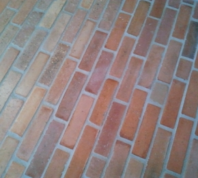 Szeletelt tégla padlóburkolat