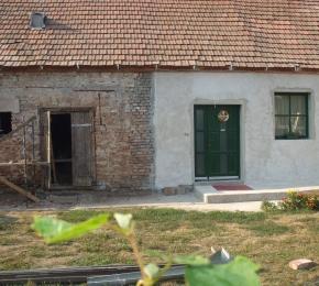 Az új bejárat már kész, bal oldalon áll a régi istálló, amiből majd nyári konyha épül