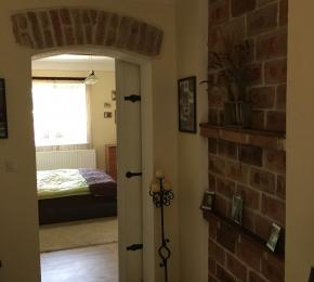 Hálószoba, a dekoratív tolóajtó rejtekében