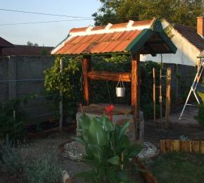 Elkészült a kerti kút bontott tégla burkolata