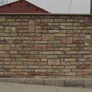 Pecsétes téglával díszített tégla fal