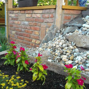 Bontott téglából készült kerti pihenő